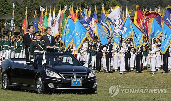 South Korean President Moon Jae-in (R) and Defense Minister Song Young-moo inspect honor guards during an Armed Forces Day ceremony held at the Navy's Second Fleet in Pyeongtaek, Gyeonggi Province, on Sept. 28, 2017. (Yonhap)