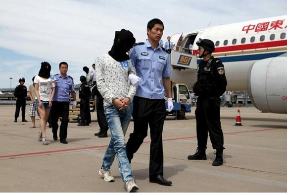 Cambodia on October 28 sent home 61 Chinese nationals wanted in China on suspicion of extorting money from people there over the internet and by telephone. (Photo : China Daily/Reuters)