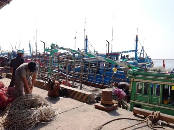 Binh Thuan's fishermen busily prepare for fishing trip after storm