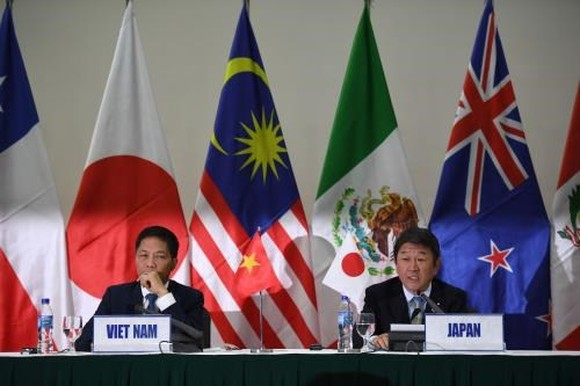 Vietnamese Minister of Industry and Trade Tran Tuan Anh (L) and Japanese Minister of Economic Revitalisation Toshimitsu Motegi co-chair the press conference (Source: VNA)