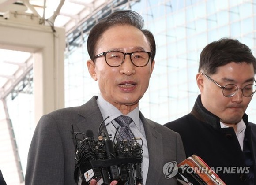 Former President Lee Myung-bak speaks to the press at Incheon International Airport, west of Seoul, on Nov. 12, 2017. (Yonhap)