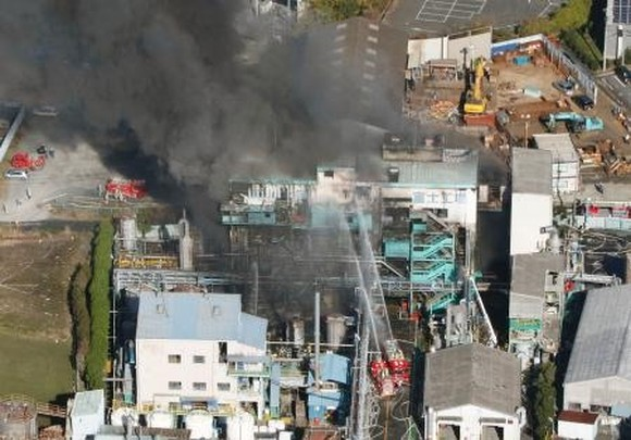 Black fumes spew from a chemical plant of Arakawa Chemical Industries Ltd. in the city of Fuji in Japan's Shizuoka Prefecture in this photo taken December 1, 2017 from a Kyodo News helicopter. Kyodo/VNS