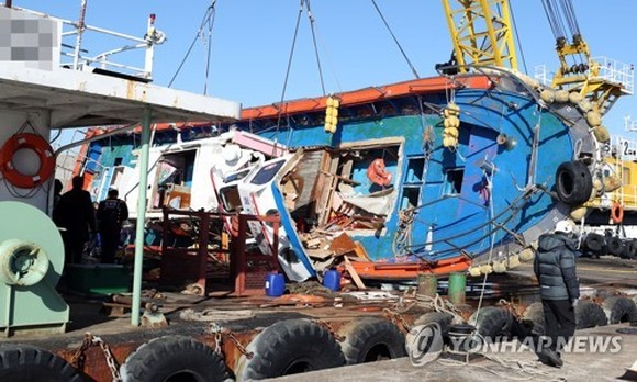 This photo dated Dec. 4, 2017, shows the wreckage of the Seonchang-1, the fishing vessel that capsized after hitting a tanker in waters off Yeongheung Island, west of Seoul, on Dec. 3 2017. (Yonhap)