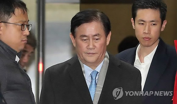 This photo, taken Dec. 7, 2017, shows former Finance Minister Choi Kyung-hwan leaving the prosecution's office in Seoul after an interrogation over bribery allegations. (Yonhap)