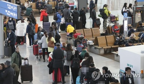 Flight travelers crowd Incheon International Airport west of Seoul on Dec. 25, 2017. (Yonhap)