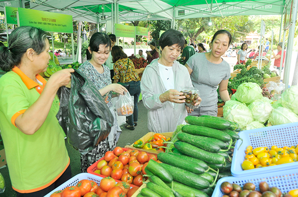 Consumers buy farm produces at the fair -Photo: SGGP