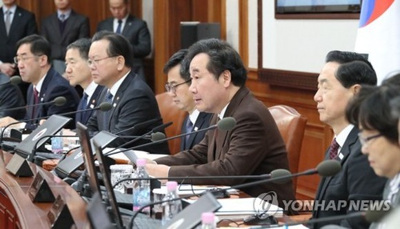 Prime Minister Lee Nak-yon speaks during a Cabinet meeting on Feb. 6, 2018. (Yonhap)