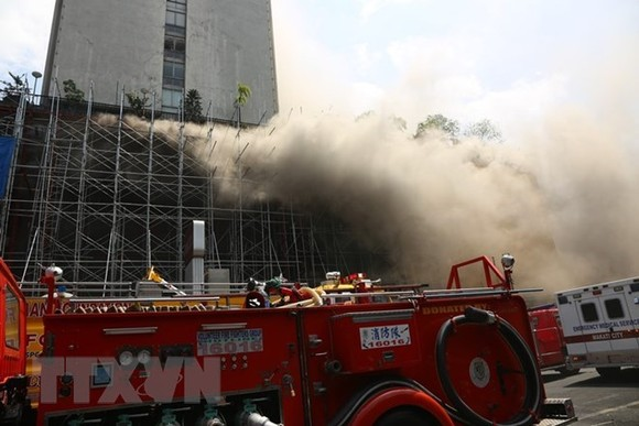 At least four people were injured, with two of them being in critical condition in a fire at a casino of the Manila Pavilion hotel in Philippines on March 18 (Photo: Xinhua/VNA)