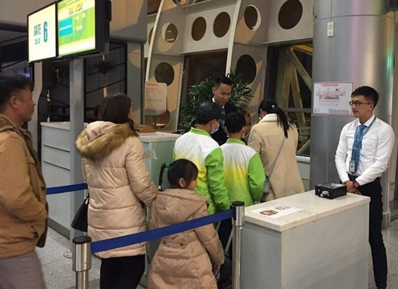 Passengers queuing at Đà Nẵng International Airport. — Photo VNA