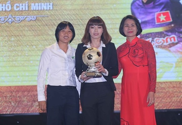 Kieu Trinh (M) at the award ceremony of Vietnam's golden ball 2017 -Photo: SGGP