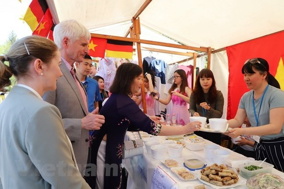 "Johannes Selle, Member of the German Parliament, is about to enjoy Vietnam's ""pho"" during the international culinary festival ""Delicanto – Here the world eats"" in Berlin, Germany, from April 21 - 22. (Photo: VNA)"