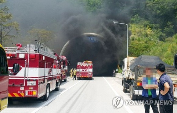Firetrucks are in front of the Beomseo Tunnel on the expressway linking the southeastern cities of Ulsan and Pohang after a fire broke out in the unnel on June 22. Photo courtesy of the Ulsan fire department. (Yonhap)