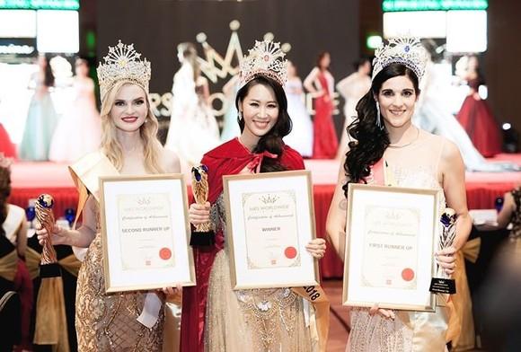 Dương Thùy Linh (centre) has been crowned Mrs Worldwide 2018. — Photos vov.vn