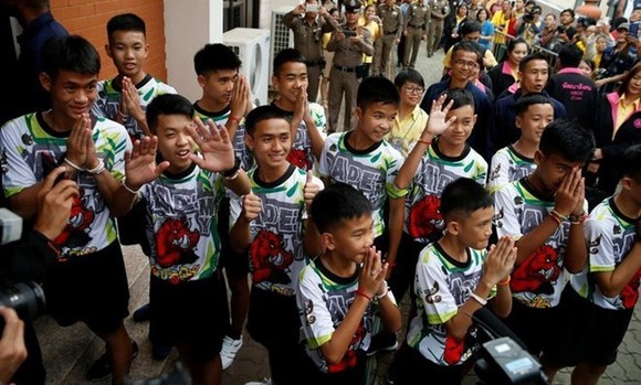 "Thai ""Wild Boars"" leave hospital, meet press"