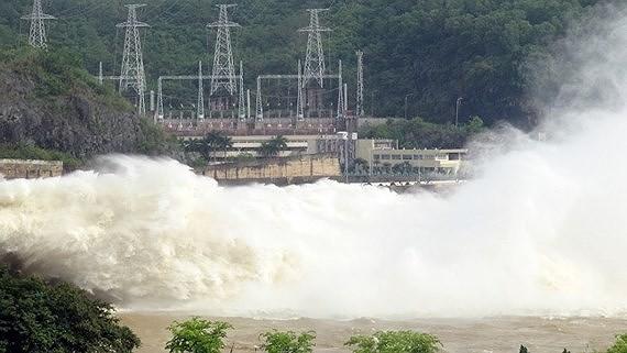 Hoa Binh & Son La hydropower plants open floodgates Photo: SGGP