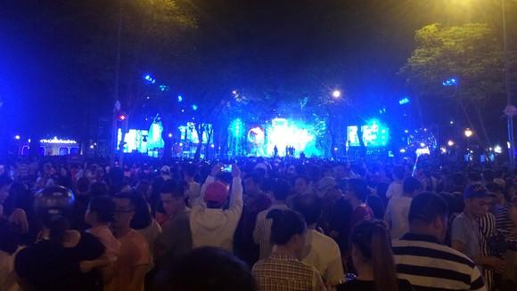 Hàng ngàn người đổ về trung tâm TPHCM chờ xem bắn pháo hoa ảnh 2