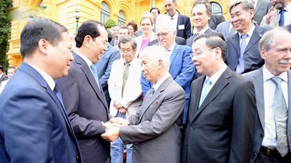 Chủ tịch nước Trần Đại Quang gặp gỡ, trao đổi thân mật cùng các nhà khoa học. Nguồn: VOV