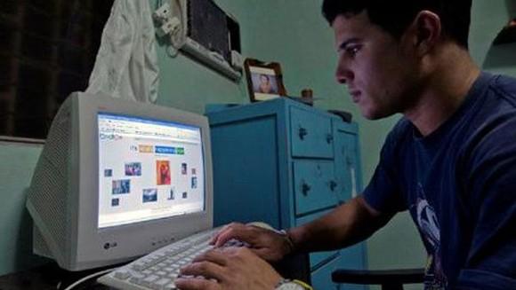 Người dân Cuba kết nối Internet tại nhà. Nguồn: AFP