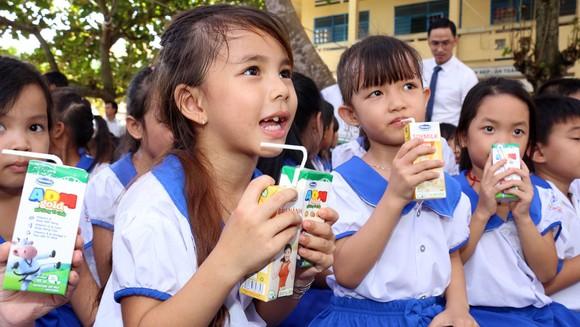 Vinamilk trao 76.500 ly sữa cho trẻ em tại tỉnh Vĩnh Long ảnh 1