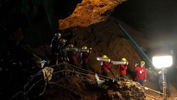 Các nhân viên cứu hộ làm việc ngày đêm để giải cứu đội bóng nhí