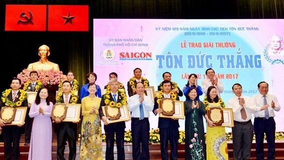 Các đồng chí lãnh đạo TPHCM chúc mừng các tấm gương nhận giải thưởng Tôn Đức Thắng năm 2017