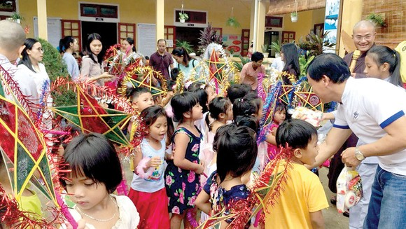 Hàng trăm suất quà Trung thu cho trẻ em nghèo miền núi A Lưới