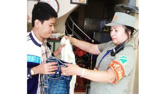 Bà Chung động viên, chia sẻ với Dương Văn Nhật như người thân trong gia đình