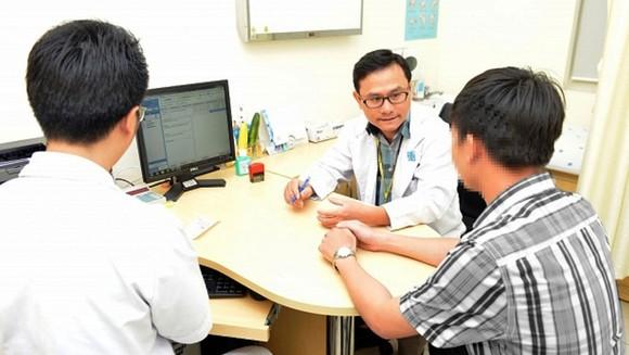 Các bác sĩ đang tư vấn, thăm khám cho một bệnh nhân bị rối loạn cương dương