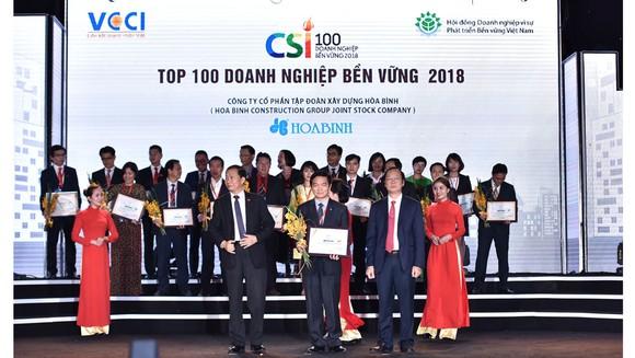Ông Lê Viết Hải – Chủ tịch HĐQT, Tổng Giám đốc Công ty CP Tập đoàn Xây dựng Hòa Bình (người thứ hai hàng đầu từ trái qua) nhận giải thưởng Doanh nghiệp Bền vững 2018