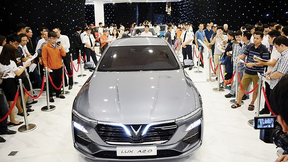 Người tiêu dùng tại TPHCM rất hào hứng xem và không ngại đặt cọc các dòng xe của VinFast ngay buổi ra mắt