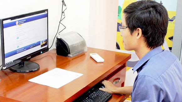 Cán bộ UBND quận Bình Tân xử lý hồ sơ do người dân gửi thông qua dịch vụ công trực tuyến.Ảnh: TUẤN VŨ