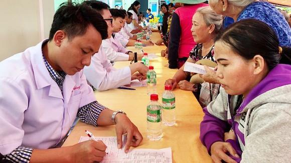 Đoàn bác sĩ thiện nguyện về với bà con nghèo xã Ninh Thượng