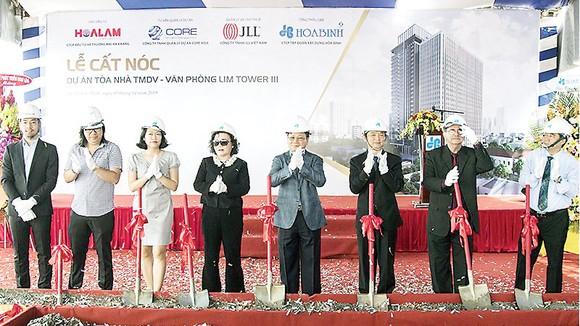 Công ty CP Tập đoàn Xây dựng Hòa Bình cất nóc công trình Lim Tower 3 vượt tiến độ 22 ngày