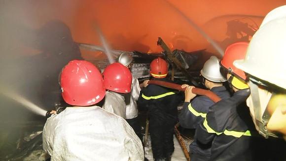 Kho hàng Bến Súc (cơ sở hoạt động trước Luật PCCC tại quận 4) bị nhấn chìm trong biển lửa năm 2017