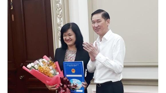 Phó Chủ tịch UBND TPHCM Trần Vĩnh Tuyến trao quyết định bổ nhiệm bà Trần Mai Phương
