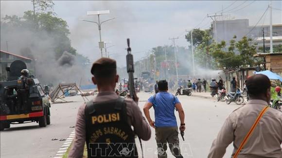 Cảnh sát được triển khai để đối phó với người biểu tình quá khích tại Timika, Indonesia. Ảnh: TTXVN