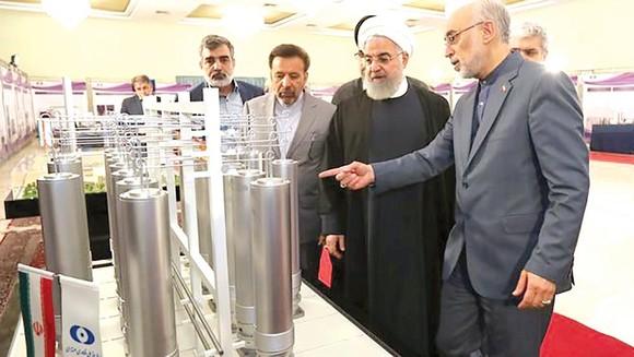 Tổng thống Iran Hassan Rouhani (thứ 2, phải sang trái) gia hạn thời gian 60 ngày để các quốc gia châu Âu cứu thỏa thuận