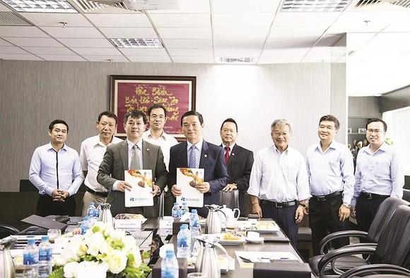 Ông Lê Viết Hải - Chủ tịch HĐQT, Tổng Giám đốc Công ty CP Tập đoàn Xây dựng Hòa Bình (hàng đầu, bên phải)  và Tạ Quang Minh, Viện trưởng Viện Khoa học Sở hữu Trí tuệ ký kết văn bản thỏa thuận