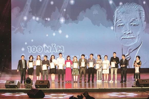 Công ty CP Tập đoàn Xây dựng Hòa Bình kỷ niệm 100 năm Ngày sinh Cố Chủ tịch Danh dự Lê Mộng Đào ảnh 2