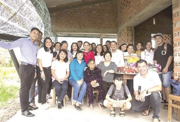 Công ty CP Tập đoàn Xây dựng Hòa Bình trao tặng hai căn nhà tình thương ảnh 1