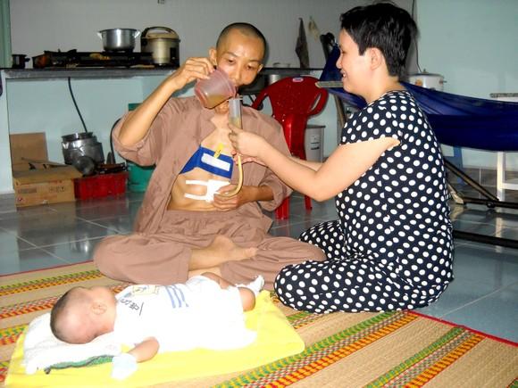 Chồng ung thư, vợ mù, nuôi con 3 tháng tuổi ảnh 1