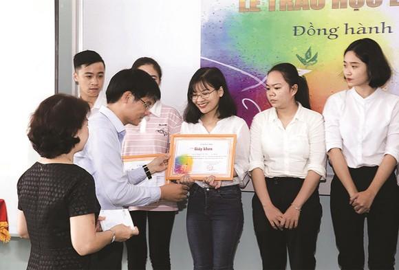Trao 150 triệu đồng học bổng cho sinh viên Đại học Khoa học Xã hội và Nhân văn TPHCM
