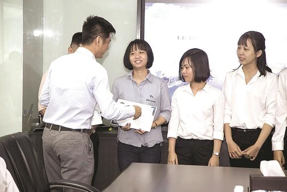 Tập đoàn Xây dựng Hòa Bình trao chứng nhận cho sinh viên thực tập ảnh 1