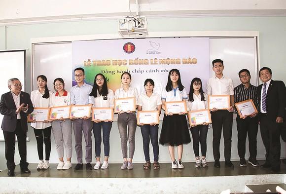 Trao 150 triệu đồng học bổng cho sinh viên Đại học Khoa học Xã hội và Nhân văn TPHCM ảnh 1