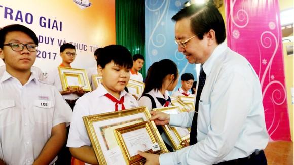 Giám đốc Sở Giáo dục và Đào tạo TPHCM Lê Hồng Sơn trao giải thưởng cho các học sinh đạt giải nhất. Ảnh: VÕ THẮM