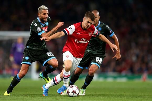 Aaron Ramsey (Arsenal) vượt qua Valon Behrami và Gokhan Inler (Napoli)