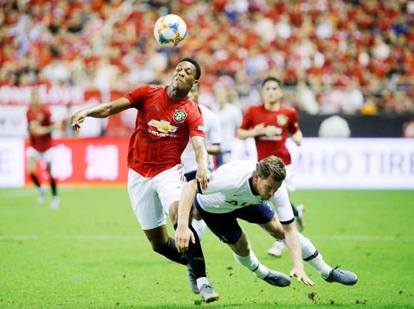 Anthony Martial vượt qua hậu vệ Tottenham