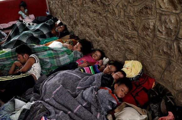 Trẻ em nhập cư dưới 5 tuổi bị chia cắt với cha mẹ tại một trại tập trung ở biên giới Mỹ - Mexico. Ảnh: CNN