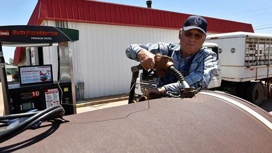 Nông dân nhiều nước 'khóc ròng' vì giá giá xăng dầu tăng quá mạnh. (Ảnh: Reuters)