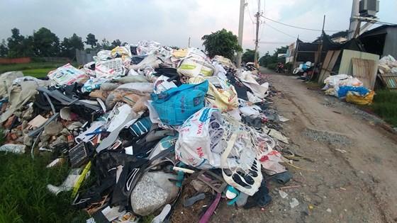 Rác thải công nghiệp đổ lén trên đường Liên ấp 2 - 6, xã Vĩnh Lộc A